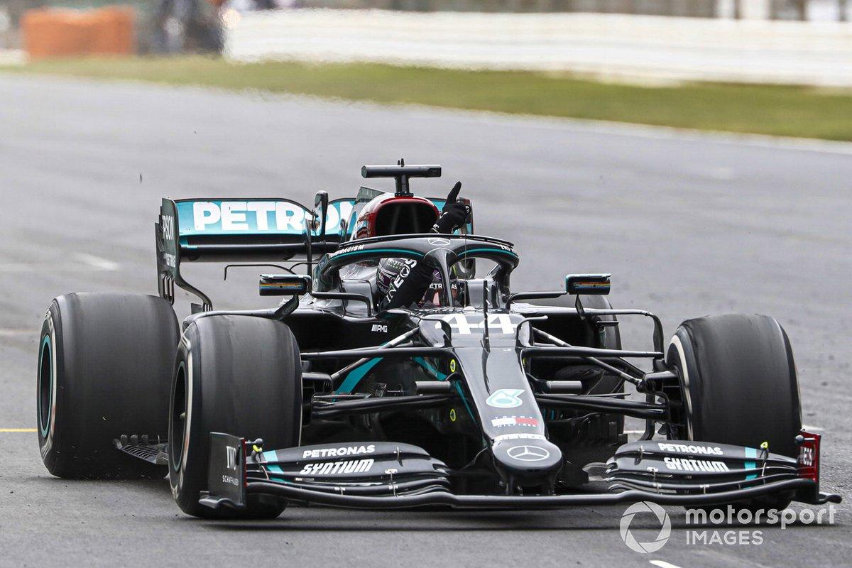 Lewis Hamilton, Mercedes F1 W11, cruza la línea de meta en primera posición para conseguir su 92ª victoria en un Gran Premio, la mayor para cualquier piloto en la historia de la F1