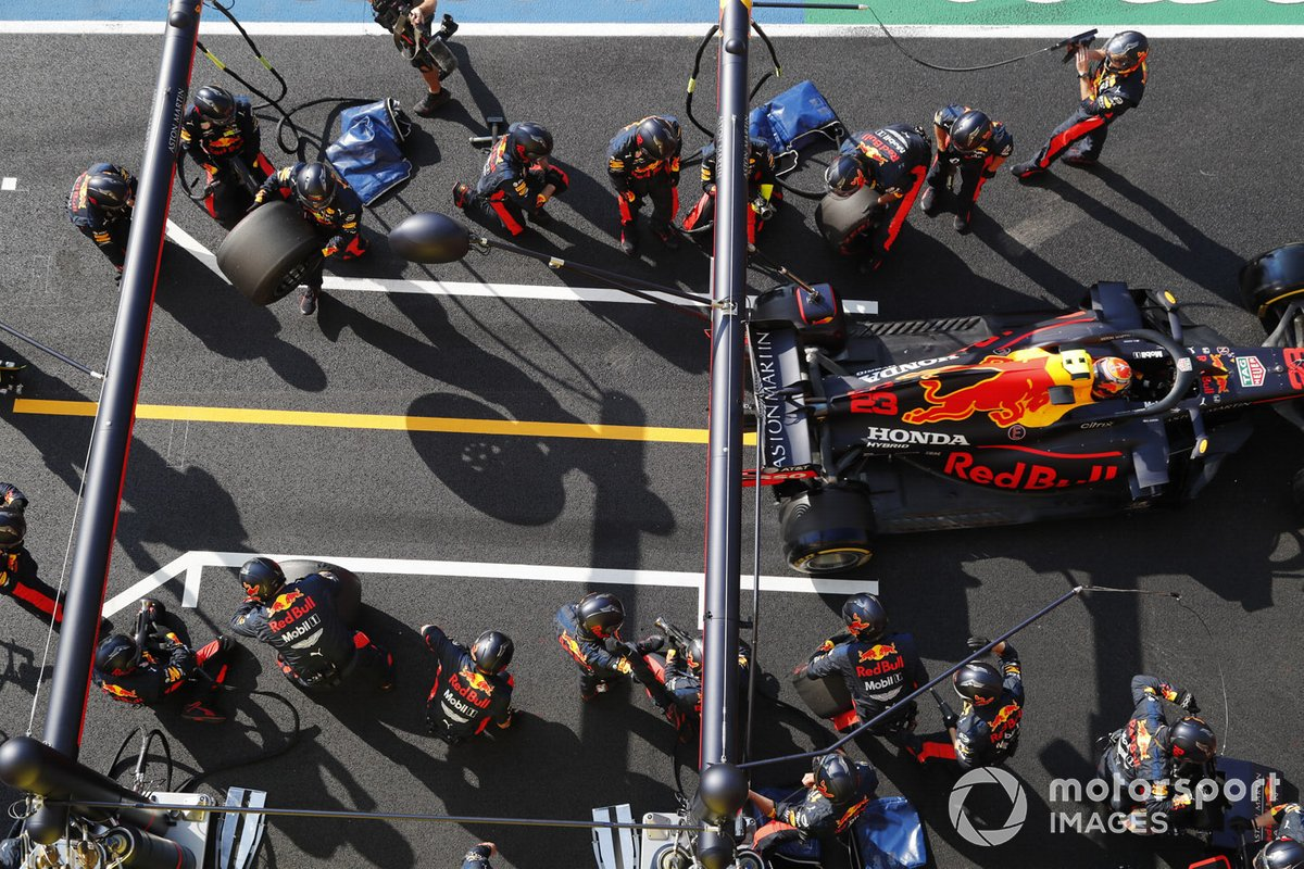Alex Albon, Red Bull Racing RB16, lascia i pit box dopo una fermata