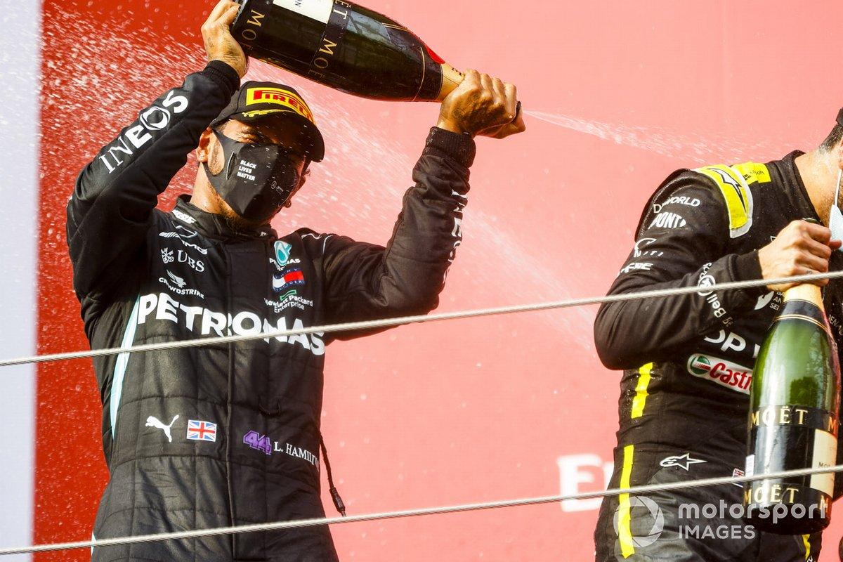 Il vincitore della gara Lewis Hamilton, Mercedes-AMG F1 festeggia sul podio con lo champagne