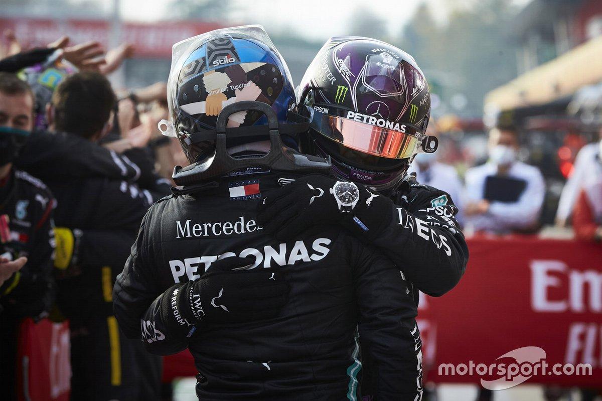 Il vincitore della gara Lewis Hamilton, Mercedes-AMG F1, secondo classificato Valtteri Bottas, Mercedes-AMG F1