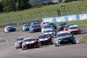 Startb of race 2, Tom Ingram, Toyota Gazoo Racing UK with Ginsters Toyota Corolla leads