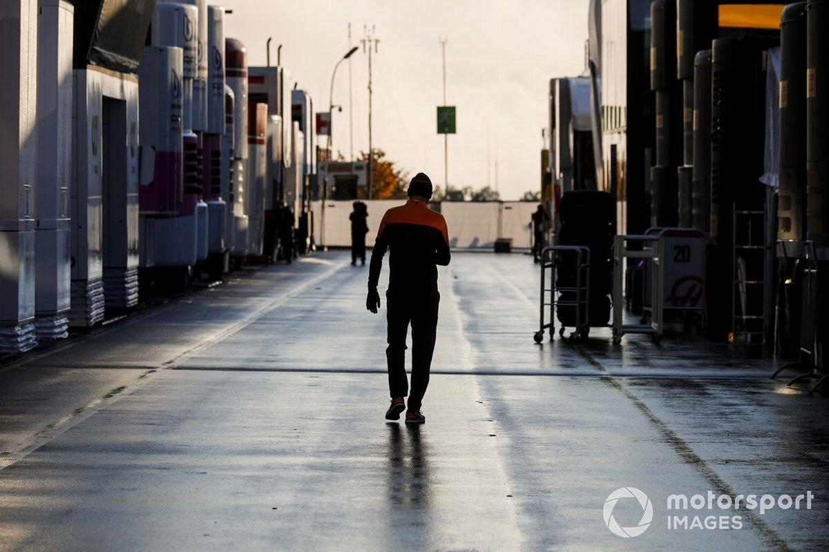 Сотрудник McLaren в паддоке