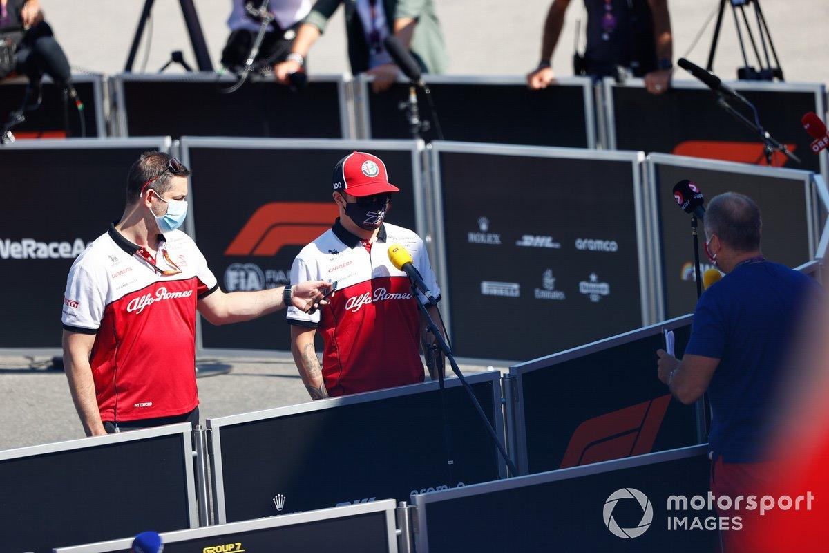 Kimi Raikkonen, Alfa Romeo, con los medios