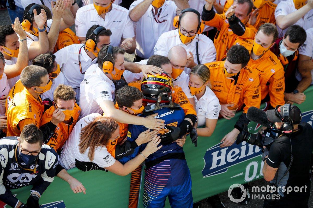 Segundo lugar Carlos Sainz Jr., McLaren celebra
