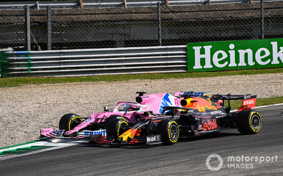 Sergio Pérez, Racing Point RP20, en la grava Max Verstappen, Red Bull Racing RB16