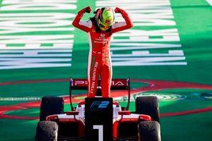 Il vincitore della gara Mick Schumacher, Prema Racing festeggia al Parc Ferme