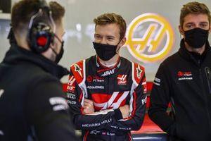 Callum Ilott, Haas F1, with Haas F1 mechanics