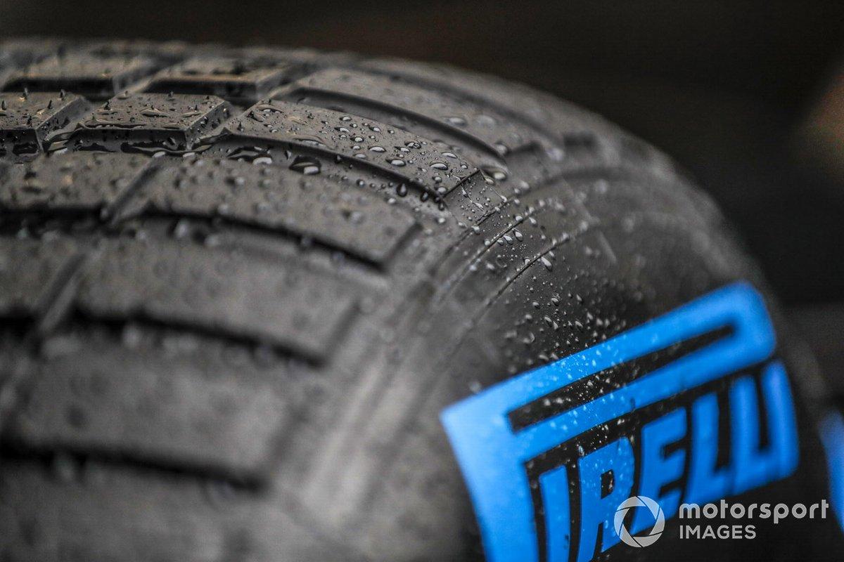 Gotas de agua en un neumático Pirelli para lluvia