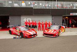 #49 Vicious Rumour Racing Ferrari 458 Italia GT3: Tony Defelice, Andrea Montermini, Benny Simonsen, Renato Loberto und #88 Maranello Motorsport Ferrari 458 Italia GT3: Mika Salo, Toni Vilander, Tony D'Alberto, Grant Denyer