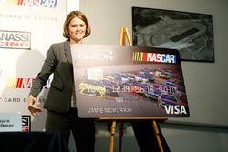 Laura Faulkner, VP de Marketing de Credit One Bank, presenta la tarjeta de crédito oficial de NASCAR