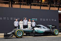 De onthulling van de Mercedes AMG F1 W07 Hybrid met Andy Cowell, Mercedes-Benz High Performance Powertrains Managing Director; Lewis Hamilton, Mercedes AMG F1; Toto Wolff, Mercedes AMG F1 Shareholder en Executive Director; Nico Rosberg, Mercedes AMG F1; Paddy Lowe, Mercedes AMG F1 Executive Director