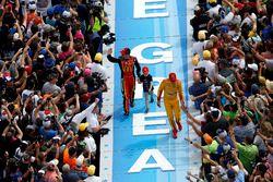 Jamie McMurray, Chip Ganassi Racing Chevrolet and Joey Logano, Team Penske Ford