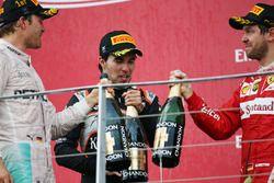 Podio: ganador de la carrera Nico Rosberg Mercedes AMG F1 celebra con el tercer lugar Sergio Pérez S