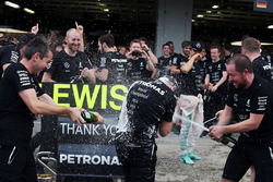 Tony Walton, Mercedes AMG F1, feiert den Konstrukteurstitel mit dem Team