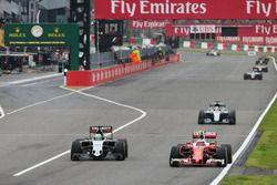 Kimi Räikkönen, Ferrari SF16-H; Nico Hülkenberg, Sahara Force India F1 VJM09