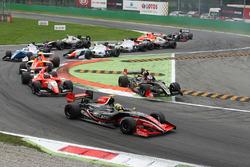 Départ : Louis Deletraz, Fortec Motorsports en tête de la course