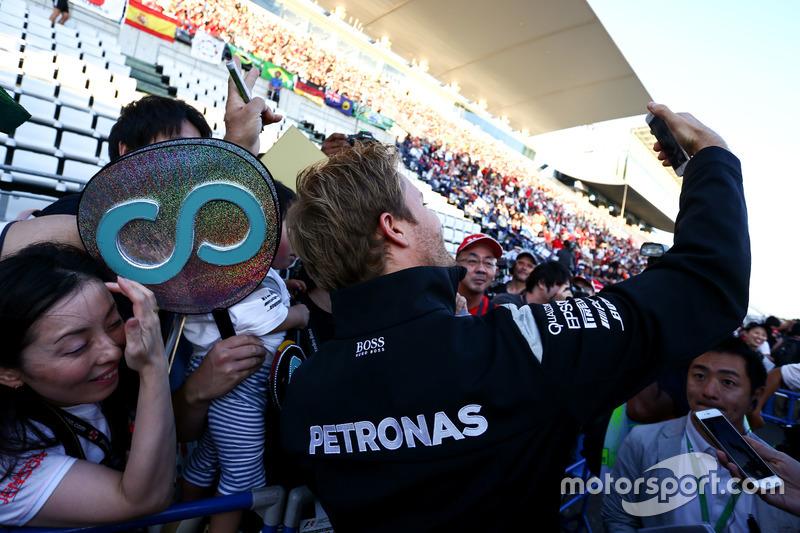 Nico Rosberg, Mercedes AMG F1 with fans