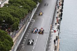 Фелипе Масса, Williams FW38 едет впереди Паскаля Верляйна, Manor Racing MRT05 и Макса Ферстаппена, R