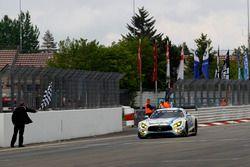 Drapeau à damier pour la #4 AMG-Team Black Falcon, Mercedes-AMG GT3: Bernd Schneider, Maro Engel, Adam Christodoulou, Manuel Metzger