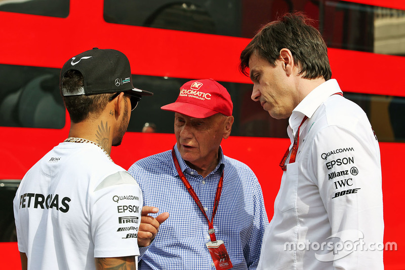 Lewis Hamilton, Mercedes AMG F1 con Niki Lauda, Mercedes Presidente no ejecutivo y Toto Wolff, Mercedes AMG F1 accionista y Director Ejecutivo