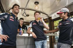 Daniel Ricciardo, Carlos Sainz Jr. y Daniil Kvjat disfrutan de su aperitivo en el tranvía histórico