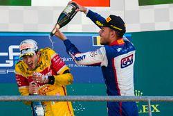 Il vincitore della gara Antonio Giovinazzi, PREMA Racing, il terzo classificato Luca Ghiotto, Triden