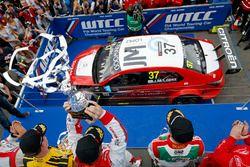 Podium: second place Nicky Catsburg, LADA Sport Rosneft, Lada Vesta; Winner José María López, Citroë