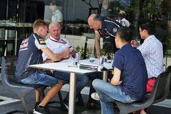 Daniil Kvyat, Scuderia Toro Rosso con el Dr. Helmut Marko, asesor de Red Bull Motorsport y Franz Tos