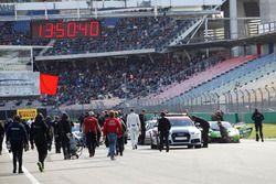 Rote Flagge nach dem Unfall von #77 Callaway Competition, Corvette C7 GT3: Jules Gounon, Daniel Keilwitz