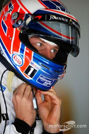 Jenson Button, McLaren MP4-31 ajusta su casco