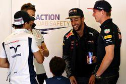Daniel Ricciardo, Red Bull Racing discute avec Felipe Massa, Williams, son fils Felipinho, Max Verstappen, Red Bull Racing, et Romain Grosjean, Haas F1