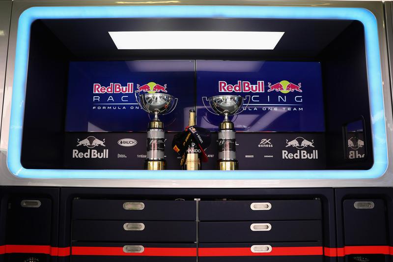 El trofeo del ganador, Max Verstappen, Red Bull Racing