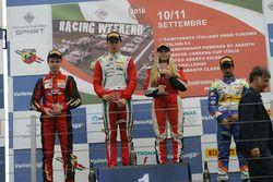Podio Rookie Gara 2: il secondo classificato Artem Petrov, DR Formula, il vincitore Juri Vips (Prema