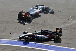 Esteban Gutierrez, Haas F1 Team VF-16 et Nico Hulkenberg, Sahara Force India F1 VJM09 se crashent au départ