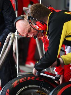Jock Clear, Directeur de l'ingénierie Ferrari avec un technicien Pirelli