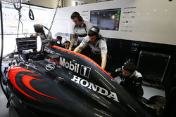 La McLaren MP4-31 dans le garage