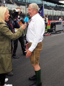 Dr Helmut Marko, Consultant Red Bull Motorsport en Lederhosen sur la grille