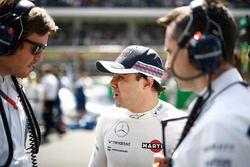 Rob Smedley, Head of Vehicle Performance, Williams praat met Felipe Massa, Williams