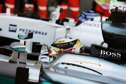 Ganador de la pole Lewis Hamilton, Mercedes AMG F1 W07 Hybrid en parc ferme