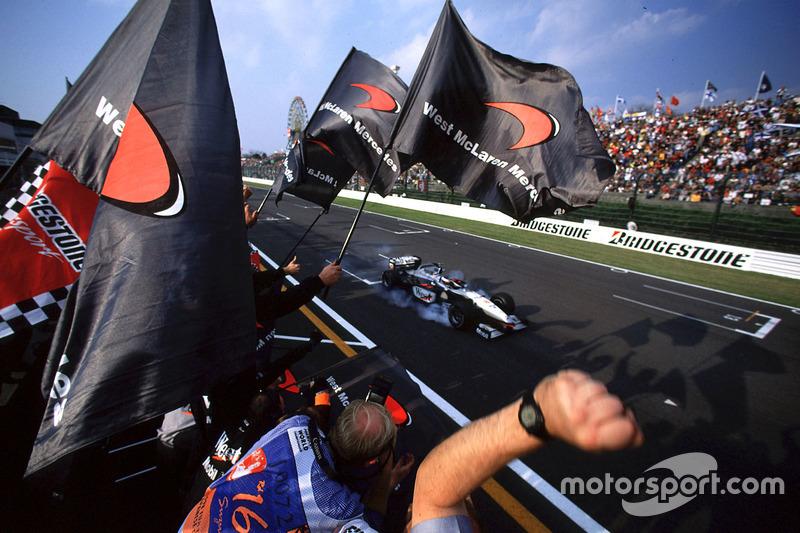Drapeau à damier pour Mika Hakkinen, McLaren