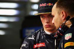 Макс Ферстаппен, Red Bull Racing и Джанпьеро Ламбиазе, гоночный инженер Red Bull Racing