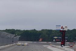 Start: Martin Truex Jr., Furniture Row Racing Toyota lider