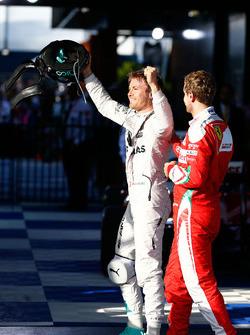 Le vainqueur Nico Rosberg, Mercedes AMG F1 fête sa victoire dans le Parc Fermé avec le troisième, Sebastian Vettel, Ferrari