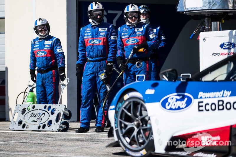 Mechanics of the #66 Ford Chip Ganassi Racing Team UK Ford GT: Billy Johnson, Stefan Mücke, Olivier Pla