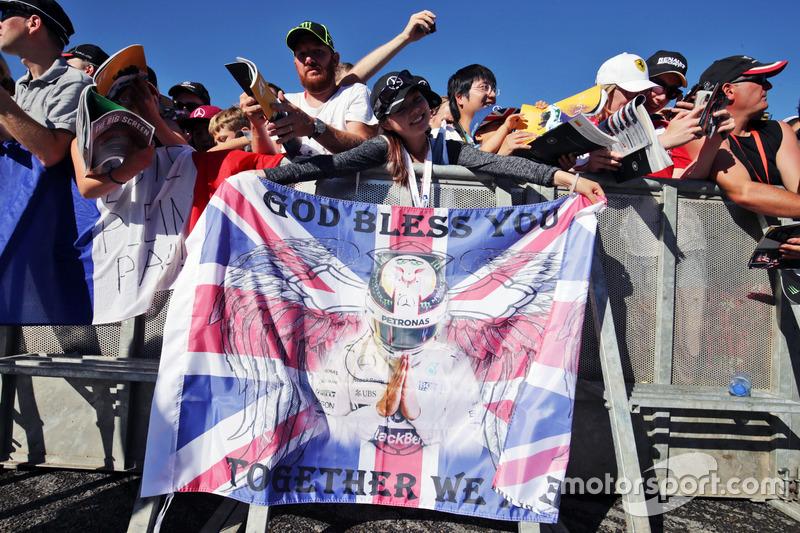 Una tifosa con una bandiera per Lewis Hamilton, Mercedes AMG F1