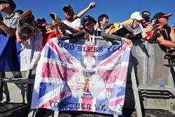 Lewis Hamilton, Mercedes AMG F1 fan con una flag