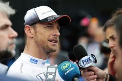 Гонщик McLaren Дженсон Баттон общается с прессой