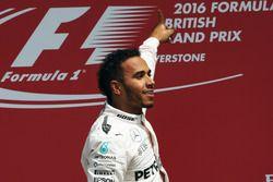 Ganador de la carrera Lewis Hamilton, Mercedes AMG F1 celebra en el podio de la carrera