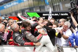 Le vainqueur Jamie Green, Audi Sport Team Rosberg, Audi RS 5 DTM fête la victoire avec son équipe