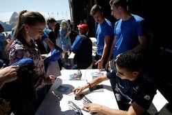 Pascal Wehrlein, Sauber firma autógrafos para los fans